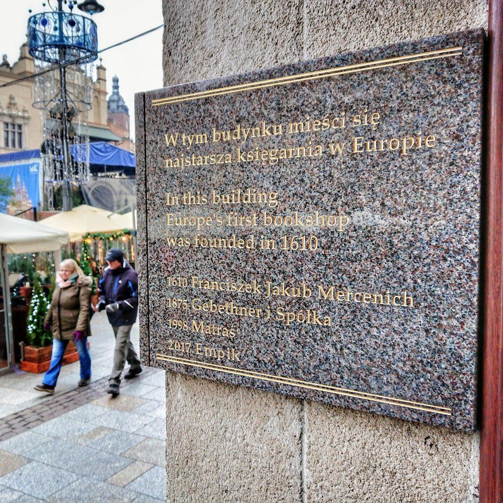 Tablica informująca o najstarszej księgarni w Europie.